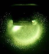 Bublinky svítící sonoluminiscencí ve tmě