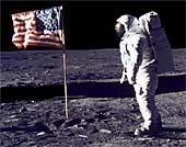 Kosmonaut na Měsíci s vlajkou