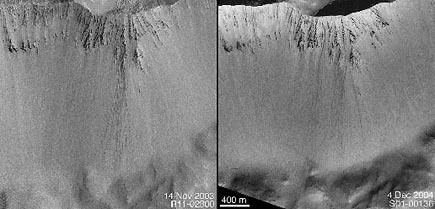 Hřeben na Marsu spatrnými stopami po pádu kamení zvrcholu dolů, vlevo novější, vpravo starší