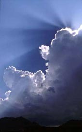 Oblak ze zadu osvícený sluncem