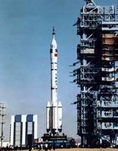 Raketa Čang Zheng na startovací rampě