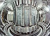 Pohled zevnitř na toroidní dutinu reaktoru TOKAMAK